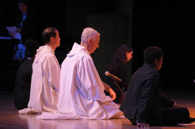 "Taize in Busan <span class=""fotografFotoText"">(Foto:&nbsp;Christoph&nbsp;Knoch)</span><div class='url' style='display:none;'>/</div><div class='dom' style='display:none;'>rkmg.ch/</div><div class='aid' style='display:none;'>186</div><div class='bid' style='display:none;'>1195</div><div class='usr' style='display:none;'>3</div>"