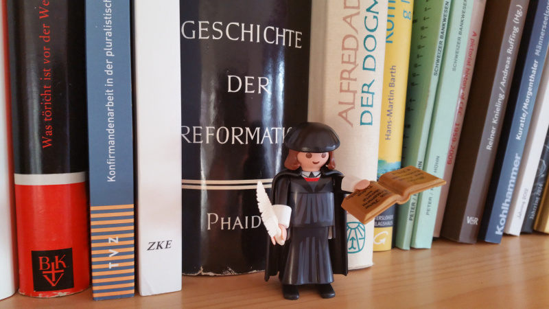 "Luther im Thoracherhus <span class=""fotografFotoText"">(Foto:&nbsp;Christoph&nbsp;Knoch)</span><div class='url' style='display:none;'>/</div><div class='dom' style='display:none;'>rkmg.ch/</div><div class='aid' style='display:none;'>525</div><div class='bid' style='display:none;'>5681</div><div class='usr' style='display:none;'>3</div>"